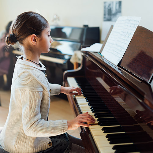 good-student-plays-piano-at-a-music-school-REB83HD